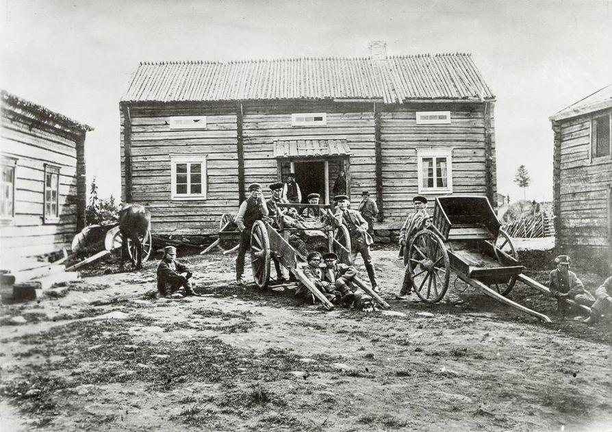Majatalo Kuusamon ja Oulun väliltä. Nyt julkaistussa Ervastin kirjan toisessa painoksessa on professori J.A. Friisin ottamia valokuvia, jotka oli julkaistu Friisin vuonna 1871 ilmestyneessä matkakirjassa.