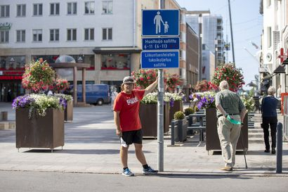 Huoltoliikenne Rotuaarilla on lisääntynyt – pitkin kävelykatua pysäköidyt autot ärsyttävät jalankulkijoita
