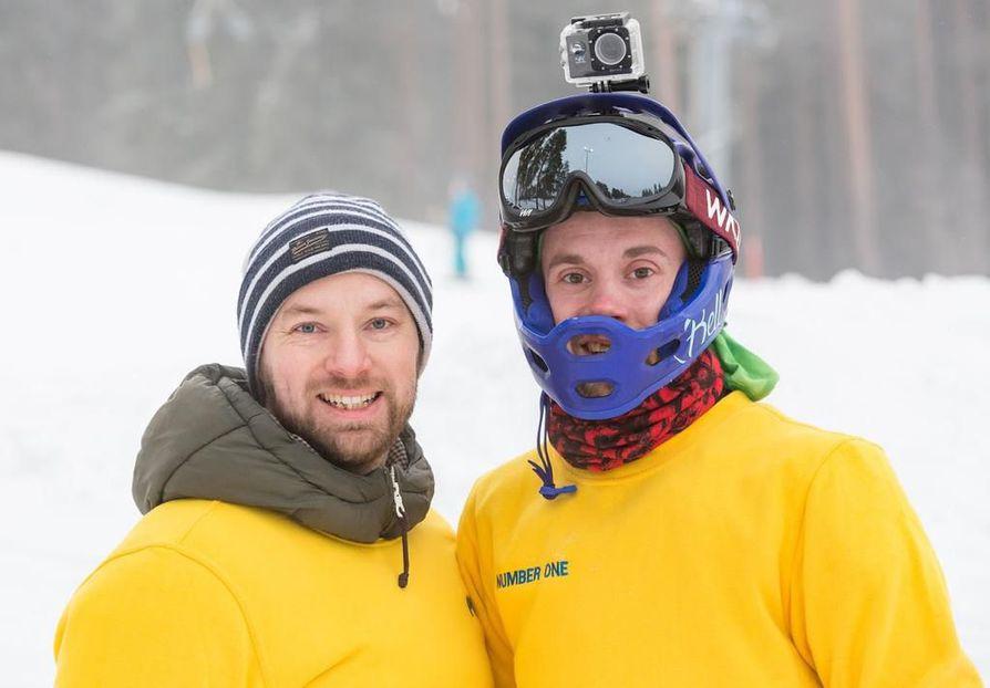 Kempeleen Pyrinnön Xtreme-jaoston puheenjohtaja Petri Huurinainen (vas.) ja Joonas Alanikula paiskivat hommia Köykkyrin alamäkiluisteluradalla, joka on määrä avata yleisölle 17. helmikuuta mennessä.