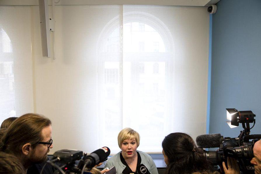 Perhe- ja peruspalveluministeri Annika Saarikko (kesk.) vastasi lehdistön kysymyksiin soten valinnanvapausesitystä koskevan tiedotustilaisuuden jälkeen.