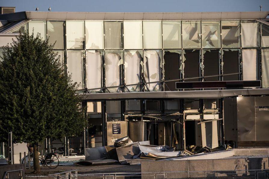 Tanskan veroviraston julkisivu vaurioitui pahasti räjähdyksessä viime viikon tiistaina.