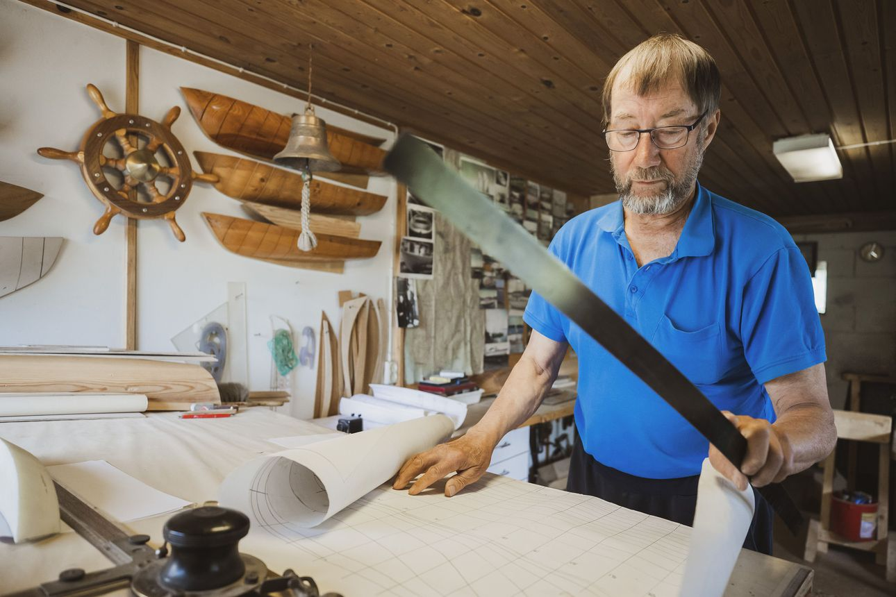 Iin Olhavassa asuvalla Leo Tervosella on veneenteko verissä–yli puoli vuosisataa veneitä rakentaneen käsityöläisen suurin urakka oli uusvanha perinnealus Perämeren Jähti