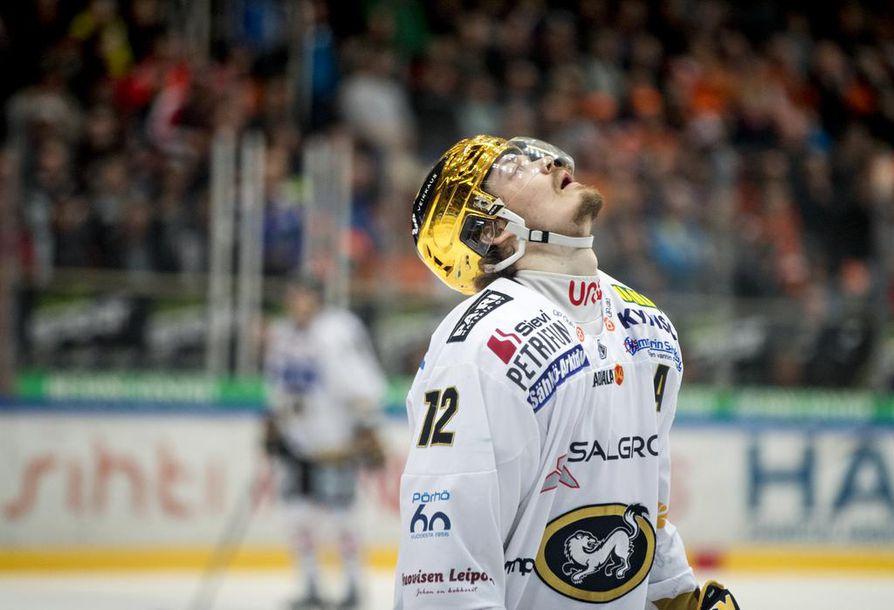 Ville Leskinen kantoi Kärpissä pelatessaan kultakypärää. Se ei paljon yleisön reaktioita lieventänyt. Arkistokuva.