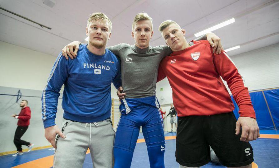 Juho Pahikainen (vas.), Leevi Ukkola ja Petteri Kukkola tuovat painin SM-kisoihin haukiputaalaista osaamista. Kvartetin täydentää Einari Ukkola.