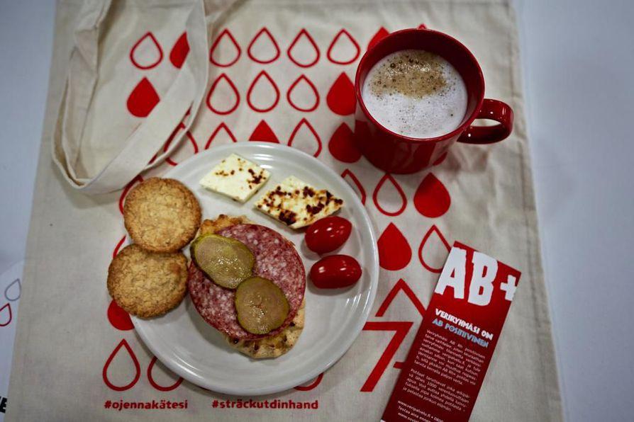 Oulun Punaisen RIstin veripalvelutoimisto palkitsee verenluovuttajan kiireettömällä kahvihetkellä ja runsaalla välipalalla.