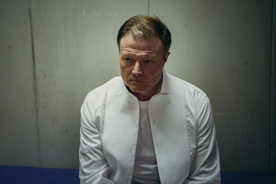 Pasi Kovalaisen (Kari Hietalahti) keskittyy omaan etuunsa myös Sipoon herttuan toisella kaudella. Keinot eivät ole aina lain valoisalla puolella.