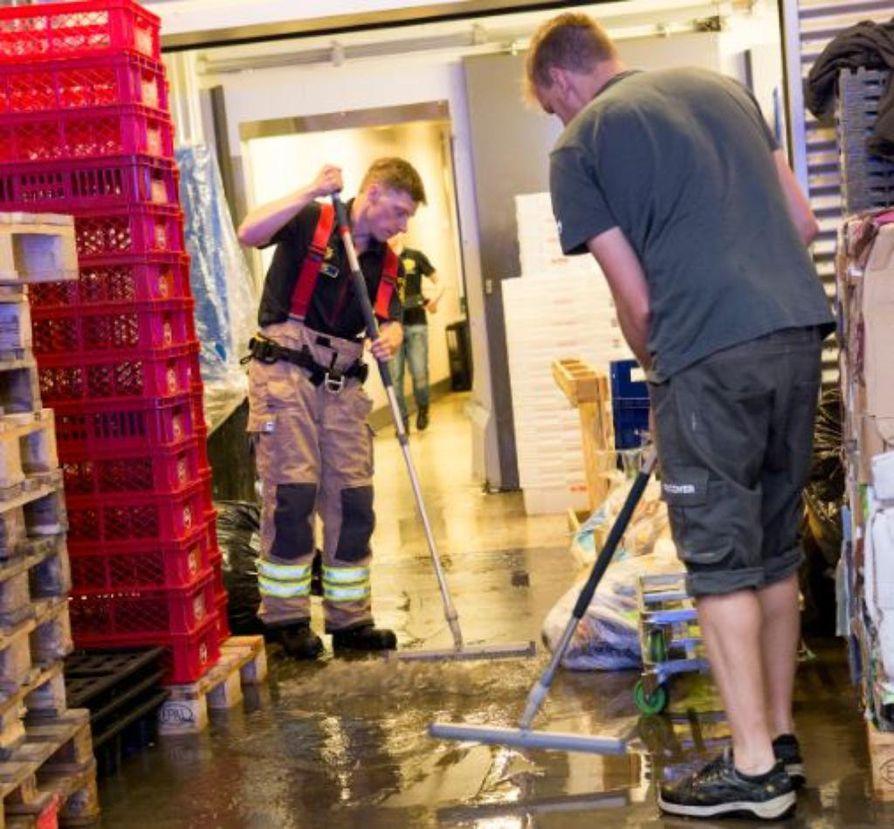 Oulun keskustan Lidlin lattiat lainehtivat vettä.