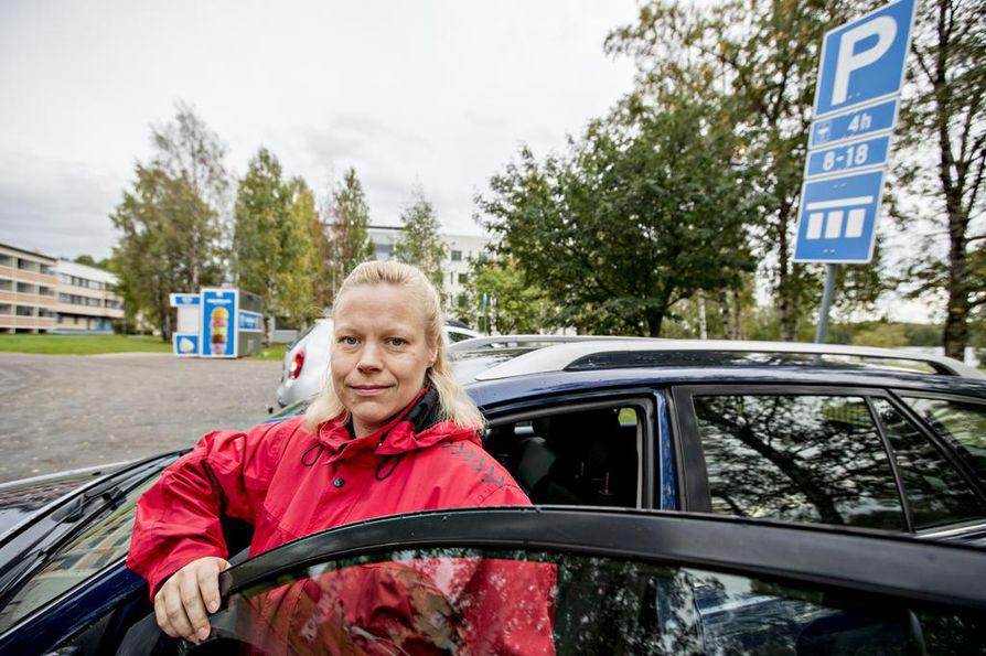 """Anu Huusko pysäköi tähän ja sai pysäköintivirhemaksun, josta hän valitti voitokkaasti KHO:een saakka. """"Tämä on ollut sakkorysä jo vuosia. Nyt tällä paikalla on erilaiset kyltit kuin silloin oli"""""""