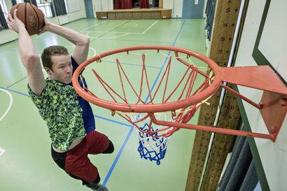 Suomen nopein donkkaaja – 191-senttinen pikajuoksija Samuel Purolakokeili alakoulunsa liikuntasalissa, onnistuuko häneltä koripallon donkkaaminen
