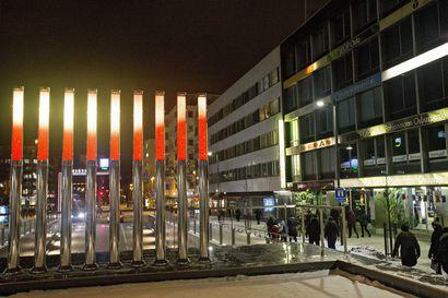 Valotaideteos paljastettiin Oulussa Hallituskadulla – teoksen sisältö vaihtelee muun muassa vuodenaikojen mukaan