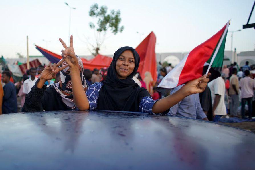 Protesteihin osallistuneet tuhannet ihmiset huusivat iskulauseita Sudanin pääkaupungissa Khartumissa lauantaina.