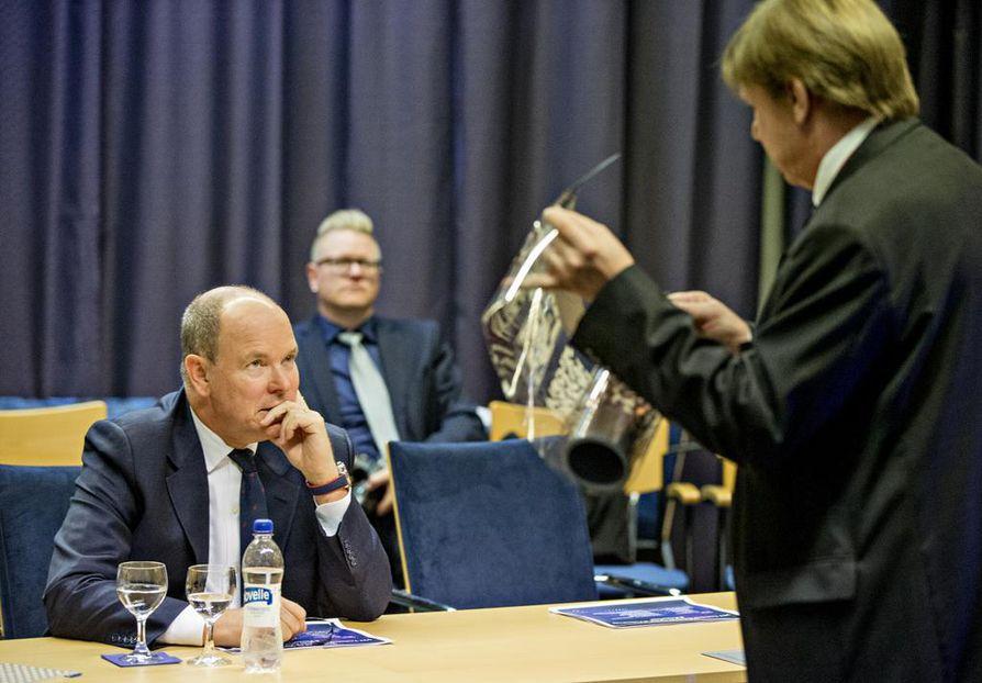 PrintoCentin johtaja, VTT:n Ilkka Kaisto esittelee mietteliäälle ruhtinas Albertille painettua elektroniikkaa.