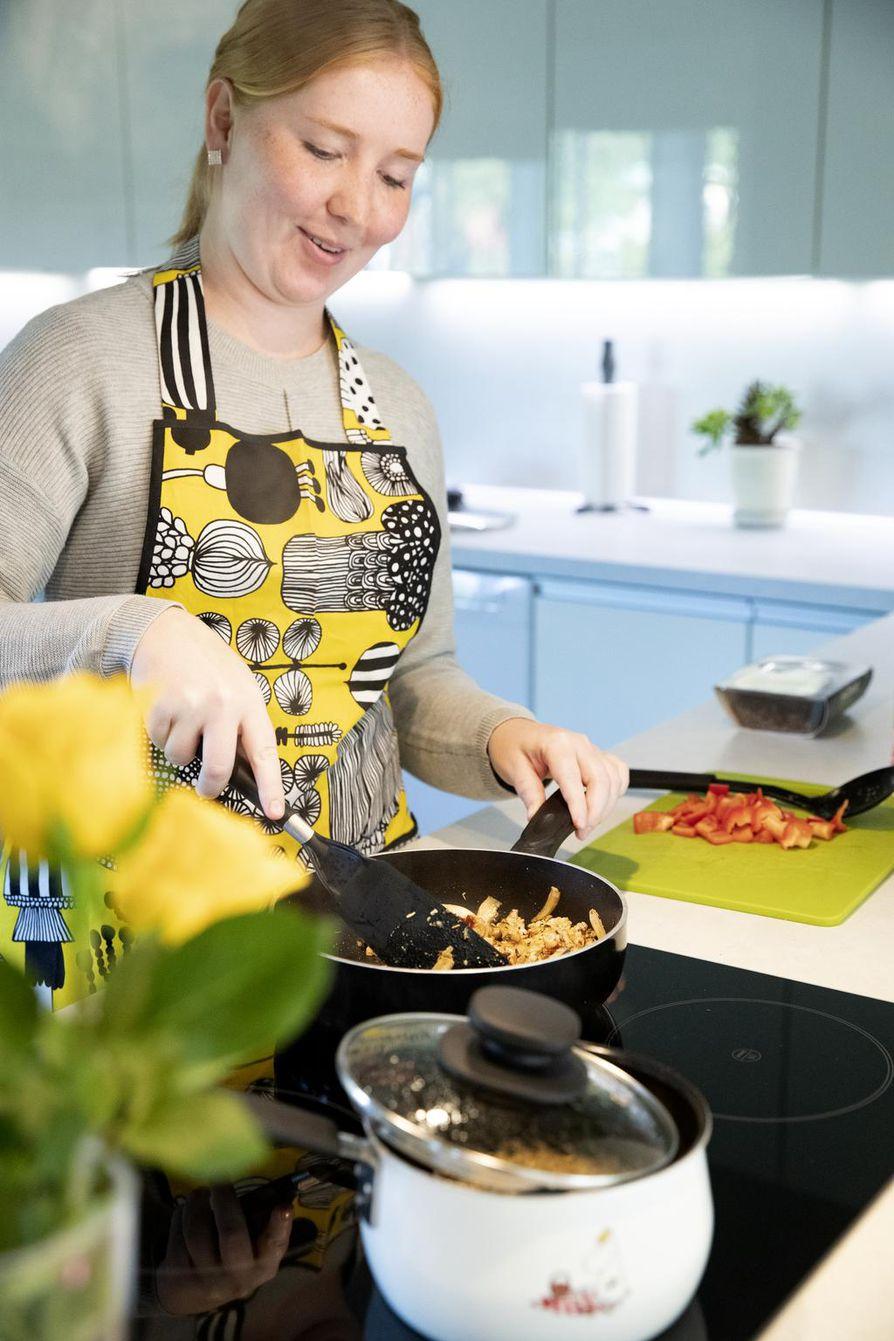 Kotitalousopettaja Karoliina Väänänen valmistaa kotonaan Härkis-kanakastiketta. Hän käyttää runsaasti kasviksia myös lihaa sisältävissä ruuissa.
