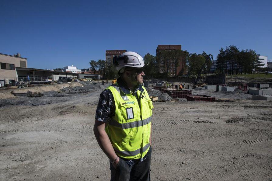 OYS 2030 -uudistamisohjelman päävalvoja Arto Ollikainen näyttää Medipoliksen kupeessa sijaitsevaa rakennustyömaata, jonne nousee uusi pysäköintilaitos Rauhaparkki.