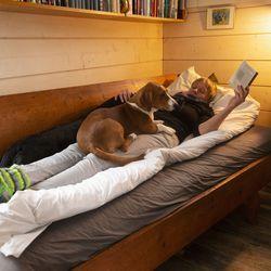 Ennen siinä nukkui kirjailija Juhani Aho, sitten ukkotuomari Pekka Leppäsaajo – nyt antiikkisängyssä pötköttelevät Ulla Ingalsuo-Laaksonen sekä vieraat ja koirat