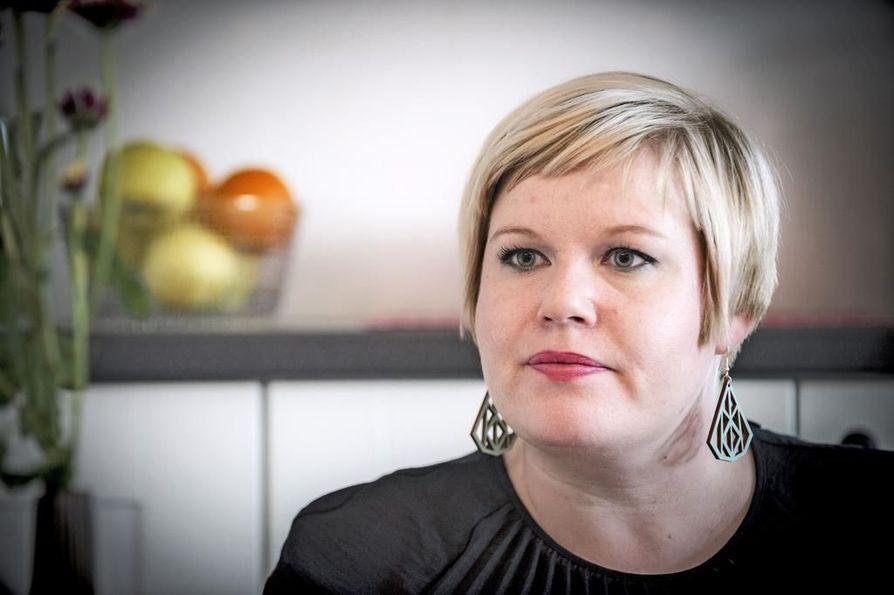 Perhe- ja peruspalveluministeri Annika Saarikko sanoi seisovansa sen takana, että keskusta otti vaaliohjelmassaan kantaa hoitajamitoituksen lakiin saamisen puolesta.