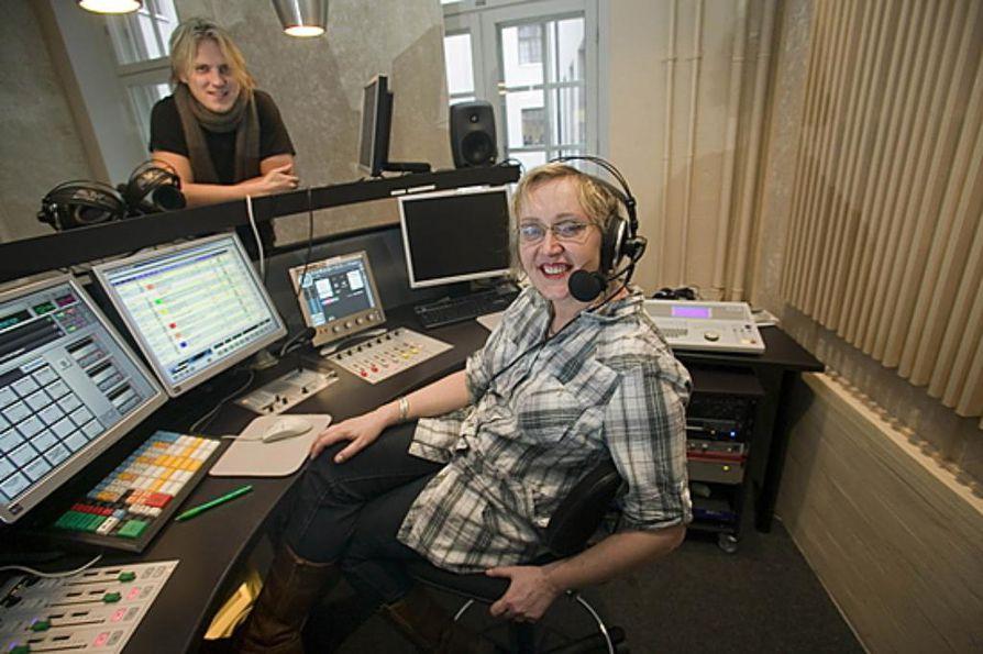 """Radio Aallon aamussa kuullaan Olga K:n lisäksi Sami Kurosta. """"Sami on minua nuorempi, ja osittain ohjelman tuottajat kaipaavat pientä vastakkainasettelua, sellaista täti-poika-asetelmaa. Mutta ikä sinänsä on minulle mysteeri"""", sanoo Olga K."""