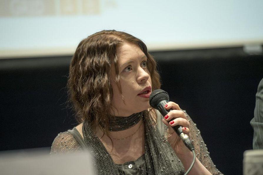 Vasemmistoliiton Anna Kontula allekirjoitti ensimmäisenä lakialoitteen minimipalkasta.