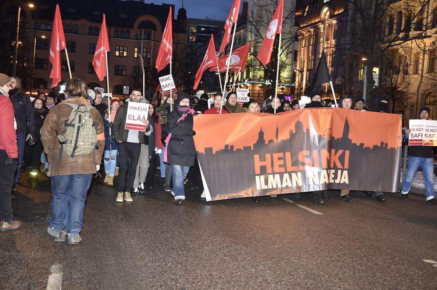 Helsinki ilman natseja -mielenosoituksessa huudeltiin iskulauseita itsenäisyyspäivän iltana Helsingissä. Kuvituskuva.