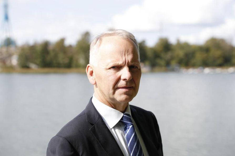 Maa- ja metsätalousministeri Jari Leppä (kesk.) on tyytyväinen, että uusi elintarvikemarkkinalaki astuu näillä näkymin voimaan ensi vuoden alussa. Silloin aloittaa työnsä myös ruokavaltuutettu, joka voi puuttua epäterveeseen kilpailutilanteeseen.