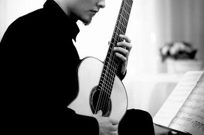 Isä antoi kitaran käteen 8-vuotiaalle, mutta vasta kesä ennen viimeistä lukiovuotta oli käänteentekevä – nyt nuori kitarataituri konsertoi Kuusamossa jo toistamiseen