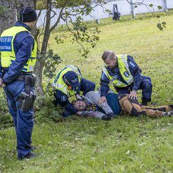 Oulun poliisi harjoitteli näkyvästi eri puolilla kaupunkia – Teräaseella sivullisia haavoittanut pakeni keskustasta Kivisydämen kautta Nallikarin pusikoihin