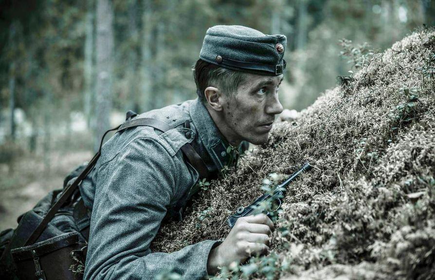 Aku Louhimiehen Tuntematon sotilas istutti tämän päivän tunnetuimmat näyttelijät klassikkorooleihin. Jussi Vatanen loistaa vänrikki Koskelana nyt myös televisiosarjassa.