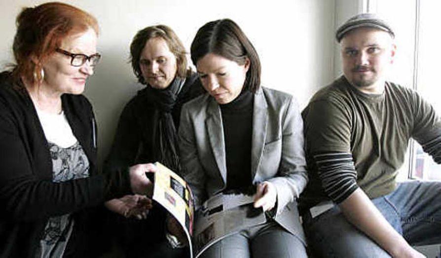 Veeran Verstaan koulutustuottaja Eeva Keijonen, projektityöntekijä Jari Ervasti ja opiskelija   Jukka Keränen esittelevät työministeri Anni Sinnemäelle lahjoittamaansa runokirjaa.