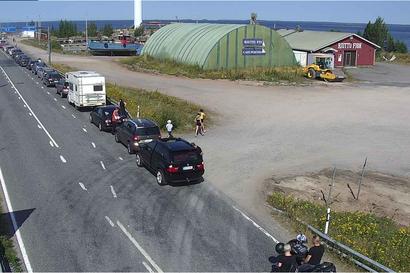 Hailuodon lauttajono venyi yli kilometrin mittaiseksi Oulunsalossa