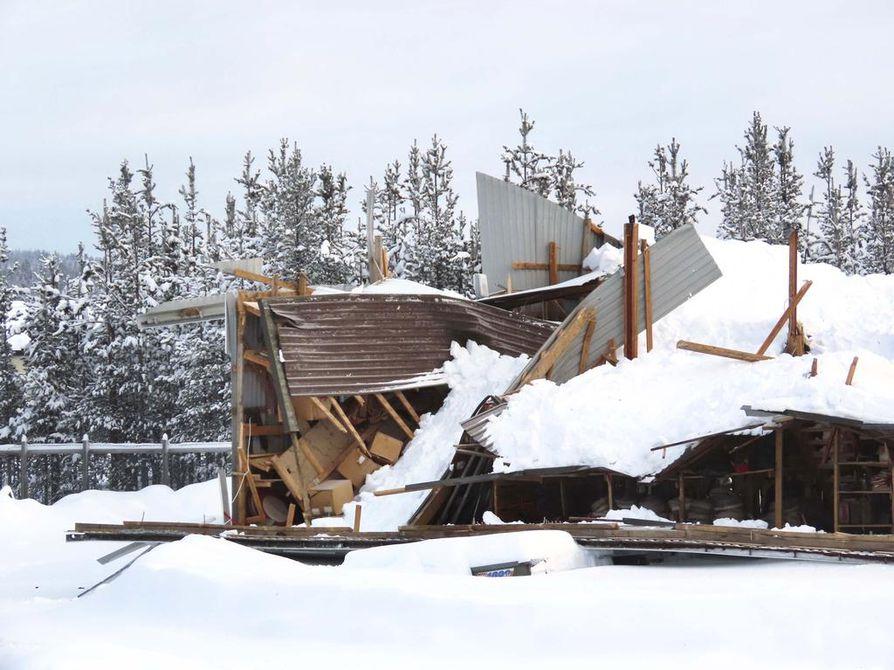 Metsähallituksen teollisuushalli romahti ilmeisesti viime yönä.