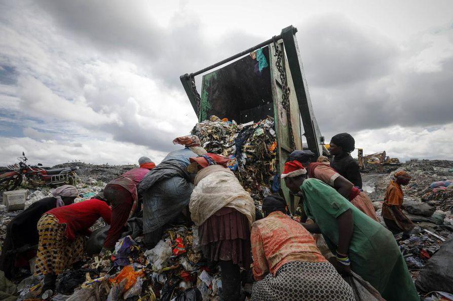 Resurssien ylikulutus ja kasvava jäteongelma ovat keskeisiä megatrendejä, jotka piinaavat myös alkaneella vuosikymmenellä. Kuvassa kenialaisnaiset etsivät jätteiden joukosta käyttökelpoista tavaraa kaatopaikalla Nairobissa. Kiertotalous ja jätteiden hyötykäyttö ovat kasvavia trendejä, mutta niitäkin pitäisi pystyä harjoittamaan lajittelmatonta kaatopaikkaa turvallisemmalla tavalla.