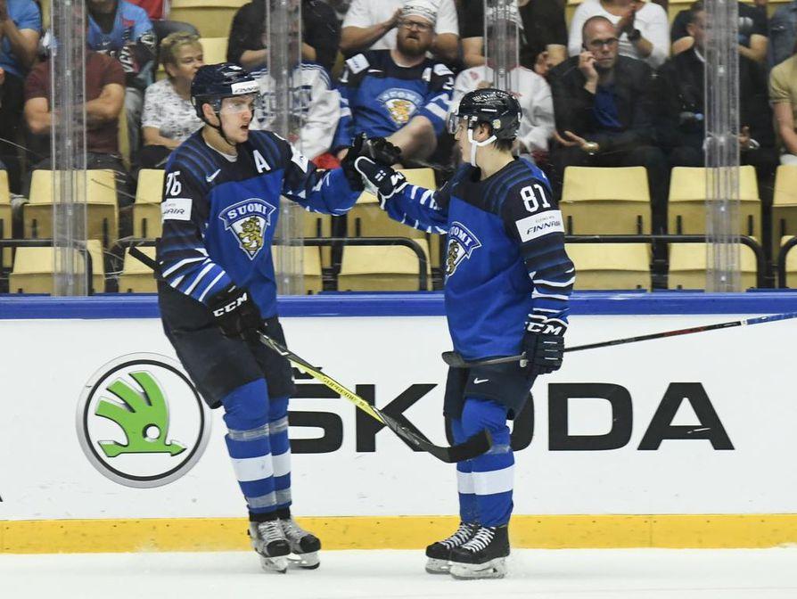 Mikko Rantanen (vas.) ja Eeli Tolvanen pelasivat MM-kisoissa Suomen joukkueessa.