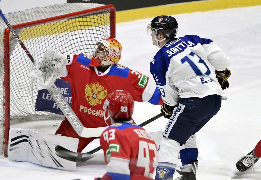 Kärppien Julius Junttila (13) viimeisteli Suomen kolmannen osuman tyylikkäällä ohjauksella. Tässä tilanteessa Junttila ei onnistunut yllättämään Venäjän maalivahtia Aleksandr Samonovia.