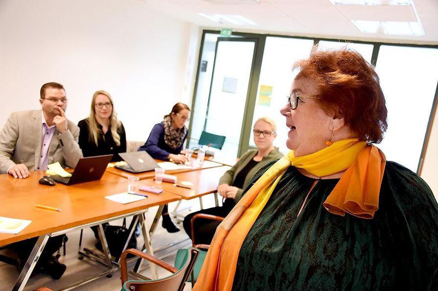 Utajärven kunnanvaltuutetut ideoivat Älykylä-konseptia seminaaripäivässä. Mirja Nikula toteaa, että nuorilla on halukkuutta tulla asumaan maaseutumaiseen ympäristöön, kunhan elämisen kustannukset ovat kohtuulliset ja liikkuminen töihin sekä palveluiden äärelle helppoa.
