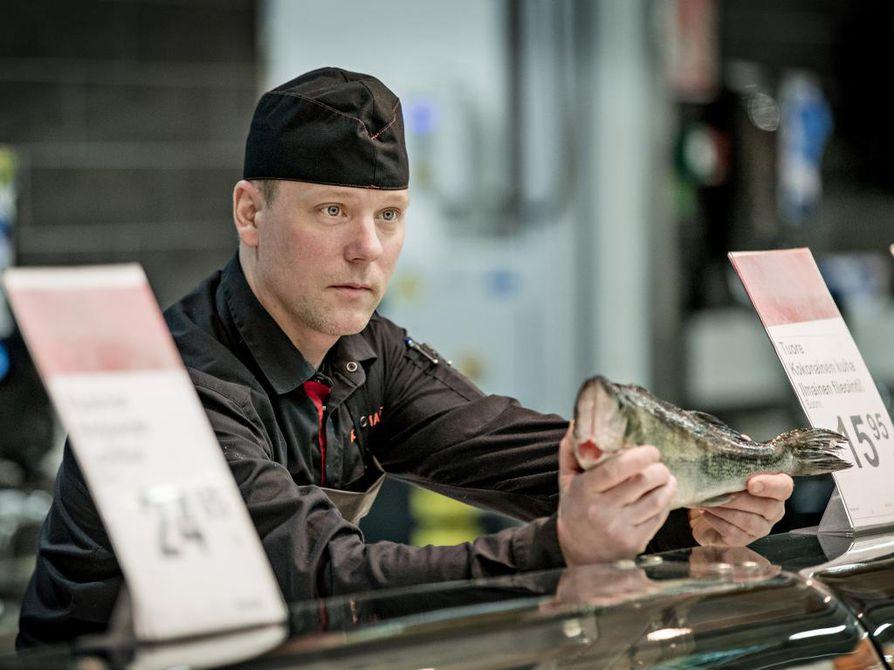 Kalamestari Pekka Huttunen myy kuhaa ja muita kaloja Ruskon K-Citymarketissa.