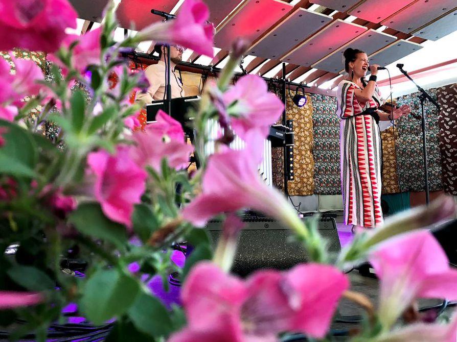 Vuokko Hovatta kolmisin -kokoonpanossa soittavat Panu Savolainen, vibrafoni, ja Atte Kilpeläinen, alttoviulu.