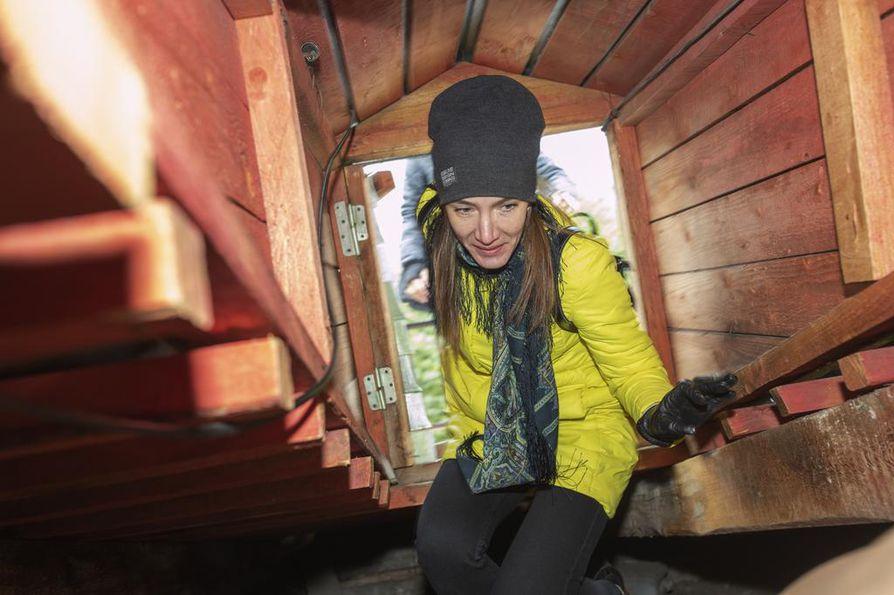 Kattoturistin on oltava valmiina ahtaisiinkin paikkoihin. Elena Mashina nousee kattoluukusta.