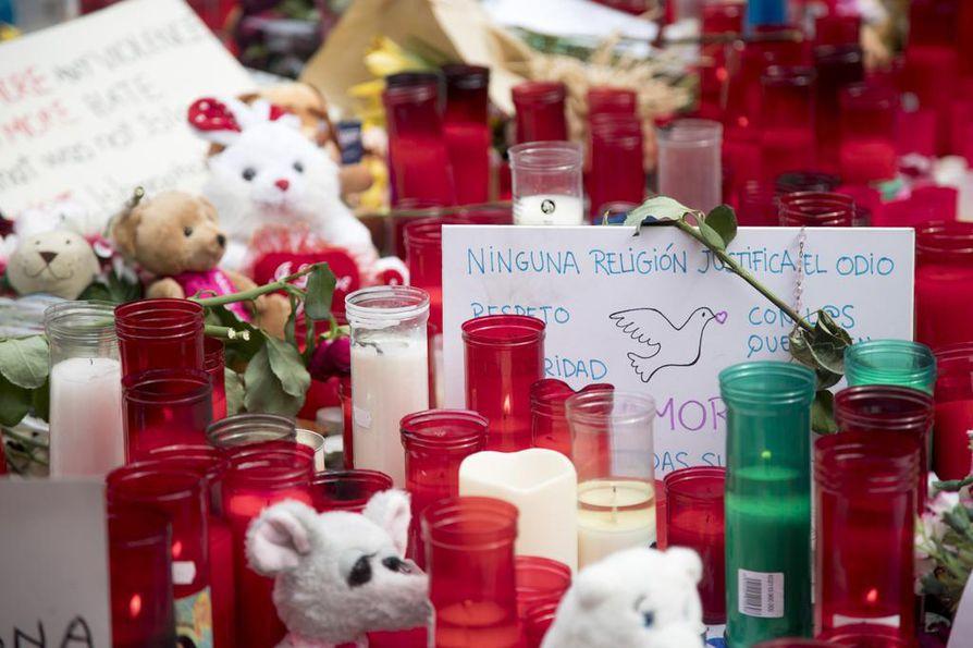 Barcelonan kaduille tuotiin tuhansittain kynttilöitä torstain terrori-iskun muistolle.