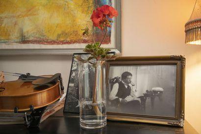 Patinaa pitää olla – katso kuvia Pikisaaressa sijaitsevasta 1930 valmistuneesta kodista ja sen idyllisestä pihapiiristä