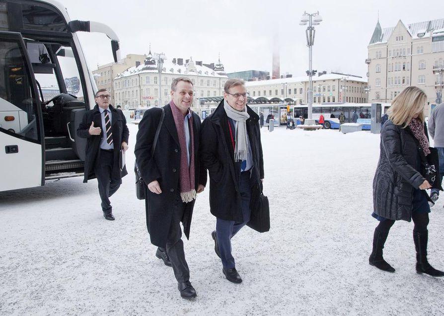 Suurten kaupunkien C21-ryhmä matkalla kokoukseen Tampereen Raatihuoneelle helmikuussa 2018.  Kuvassa keskellä ovat Helsingin pormestari Jan Vapaavuori ja Tampereen pormestari Lauri Lyly.