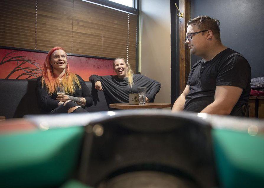 Taija Ruuskanen, Krista Tammi ja Juha Bunda ovat mukana järjestämässä Woodstock-muisteloita Oulussa.