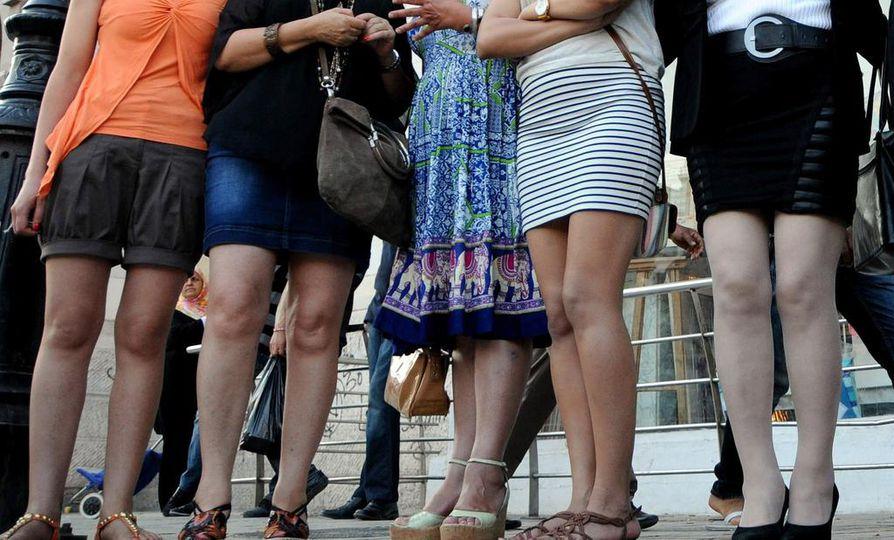 Opiskelijat pukeutuivat päiväksi minihameisiin Kolumbiassa yliopistolla. Kuvituskuva.