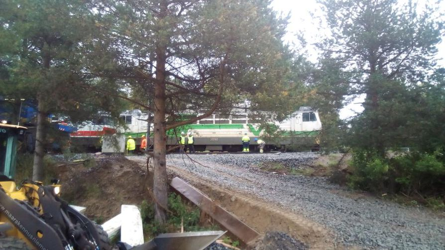 Junan nostamisen ja radan mahdollisten vaurioiden tarkistaminen vie iltaan asti.