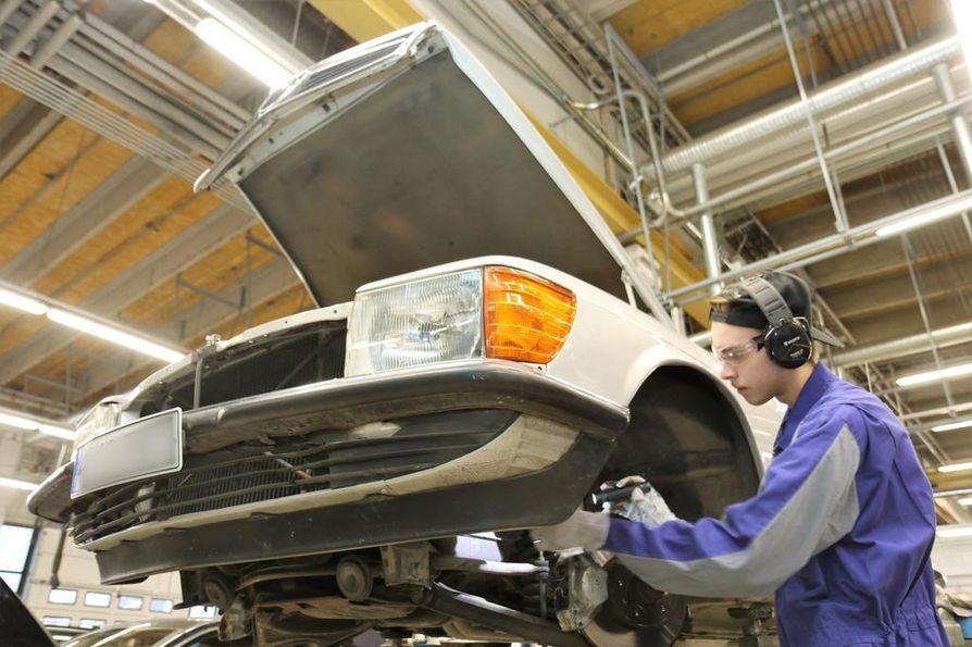 Vehon asentajalla Joni Sirkiällä on työn alla harvinainen kohde, vuoden 1981 Mercedes-Benz 280 SEL. Vanhakin auto pysyy turvallisessa käyttökunnossa, kun se huolletaan säännöllisesti. Uudessa autossa se on takuun säilymisen ehto.