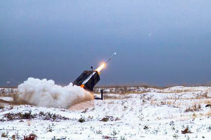 Suomi lähetti tarjouspyynnöt korkealle ulottuvista ilmatorjuntaohjuksista – Suurissa korkeuksissa torjunta on nyt yksin Hornetien harteilla