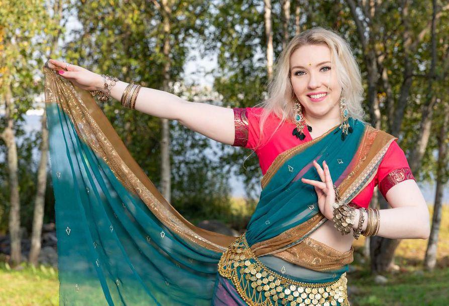 """""""Ihmiset yhdistävät Bollywoodin musiikkiin ja siihen, että arjen huolet unohtuvat. Tunneillani huumori on läsnä ja meininki pilke silmäkulmassa"""", tanssinopettaja Aurora Ylinen kertoo."""
