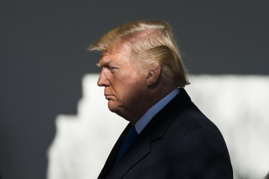 Presidentti Donald Trump yritti purkaa pommia kutsumalla demokraattien senaattiryhmän johtajan Chuck Schumerin neuvotteluihin.