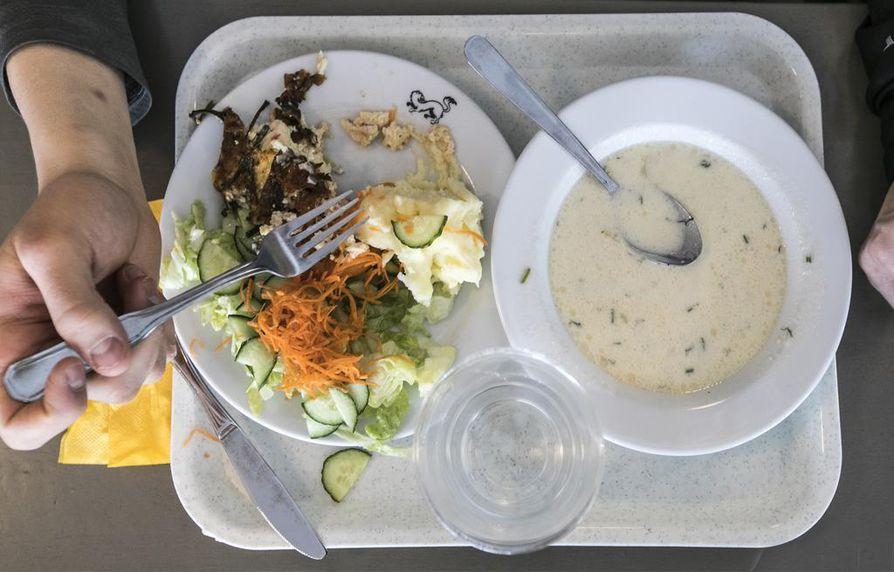 Jesse Puljujärven lounastarjottimella on lohikeiton lisäksi kukkurallinen annos kasviksia, pinaatti–fetamunakasta ja perunamuusia.