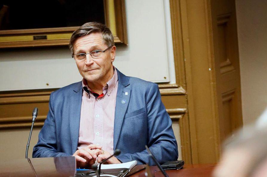 Keskustan valtuustoryhmän puheenjohtaja Jukka Kolmonen sanoo, että ryhmä irtisanoutuu täysin siitä, että ihmisiä kutsutaan roskaksi. Arkistokuva.