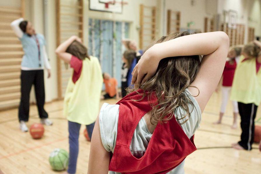 KOululaisten liikunta-aktiivisuutta mitataan liikemittarilla.